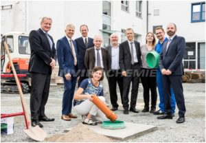 Members of EnviroChemie GmbH Management Board look on as Rossdorf mayor Christel Sprössler lays foundation stone for the company's new office and administration building